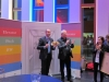 Bei der Siegerehrung: Arndt Upfold verleiht mit dem Hausherren Dr. Christoph Pfefferle den Löwen an den Publikumsliebling des Pitches