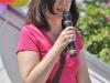 Christine Decker moderiert die kurzen Reden der Mieter (© Bildnachweis: de Maddalena)