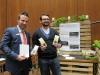 Der GlobalFlow-Mitarbeiter präsentiert Markus Weimer von der KSK Reutlingen stolz die frisch gepackten Wurmdüngertütchen