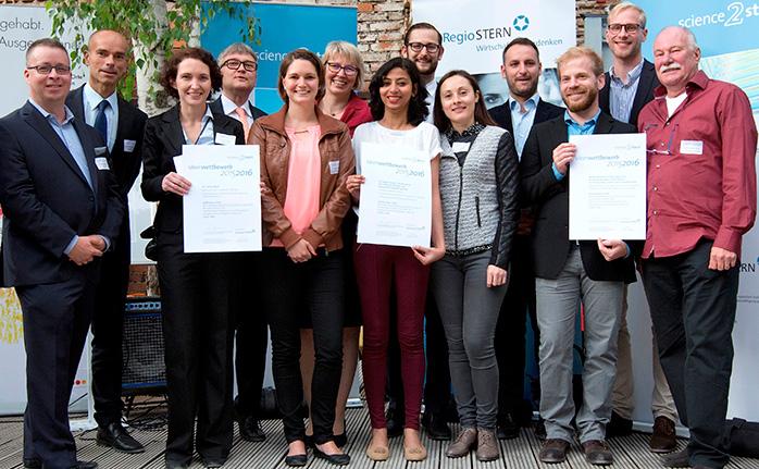 """Die Preisträger des """"Science2Start-Wettbewerbs"""" mit Laudator Dr. Oliver Schacht"""