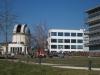 Die dicht bevölkerte Sternwarte, rechts davon der CeGaT-Neubau und das Biotechnologiezentrum