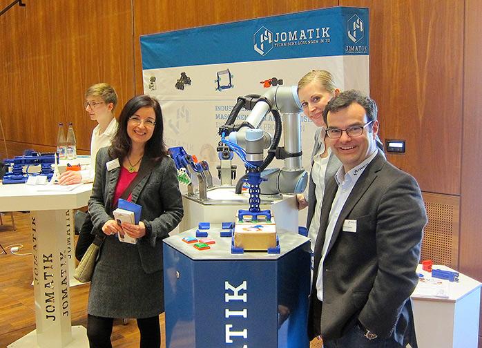 Johannes Matheis und Johanna Henger mit ihrem Industrieroboter
