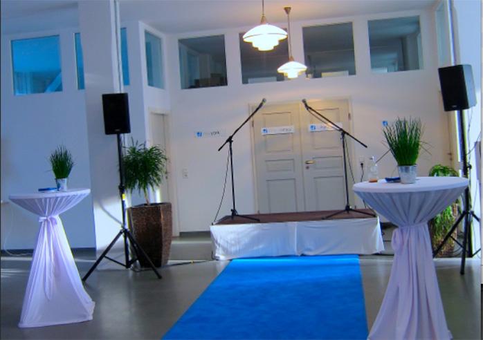 Für den offiziellen Teil der Feier war stilecht ein blauer Teppich ausgerollt.