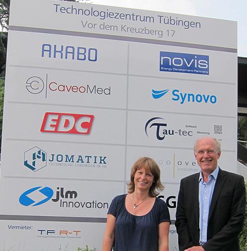 Angela Lill und Wolfgang Kleinmann vor dem neuen Firmenschild