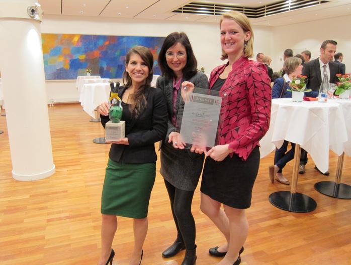 Christine Decker mit den glücklichen Preisträgerinnen Seda Erkus (links) und Nadine Antic (rechts).
