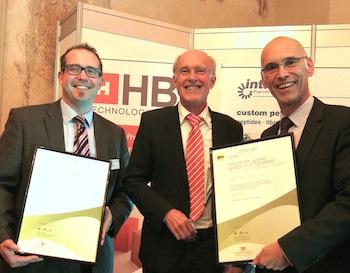 Wolfgang Kleinmann mit den strahlenden Preisträgern Dr. Steffen Hüttner (rechts) und Joachim Zühlke