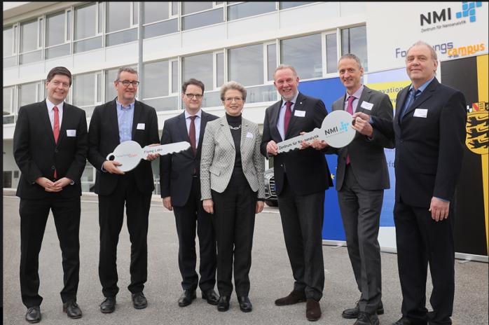 Thorsten Flink und Peter Wilke, TF-RT, Ministerialdirektor Michael Kleiner, OB Barbara Bosch, Prof. Dr. Hugo Hämmerle, NMI, Andreas Möller und Karl-Heinz Boven, Multi Channel Systems Holding GmbH (v.l.n.r.) (Bildquelle: NMI)