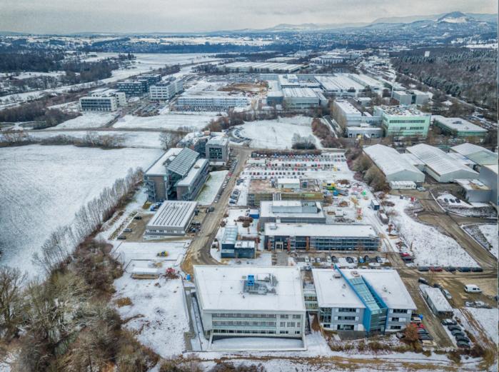 Im Vordergrund der RegioWIN-Campus und die Gebäude von MCS und TETEC, an der Aspenhaustraße entlang das Technologiegebäude Reutlingen und das NMI. Oben links befinden sich die TTR-Gebäude parallel der B28 (Bildquelle: Stadt Reutlingen)