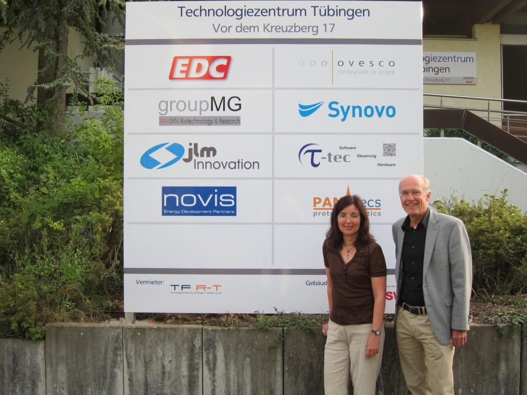 Christine Decker und Wolfgang Kleinmann freuen sich über das neue Firmenschild